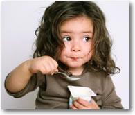 Meisje eet toetje
